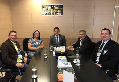 A prefeita Fátima Gomes se reune com secretário de Desenvolvimento Regional para tratar da ampliação de recursos do Programa Água Para Todos.