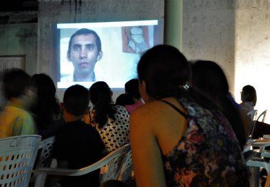 """Documentário """"O Mundo de Arivânio Alves"""" é apresentado em praça pública"""