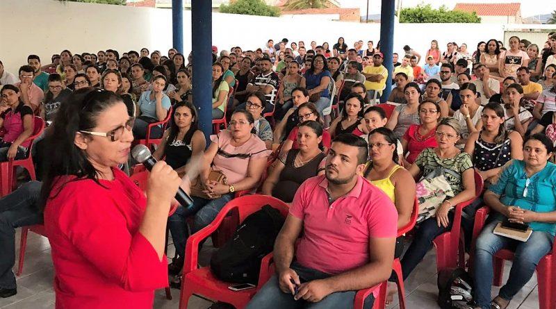 Prefeita Fátima Gomes reúne servidores comissionados e temporários com foco na melhoria dos serviços públicos