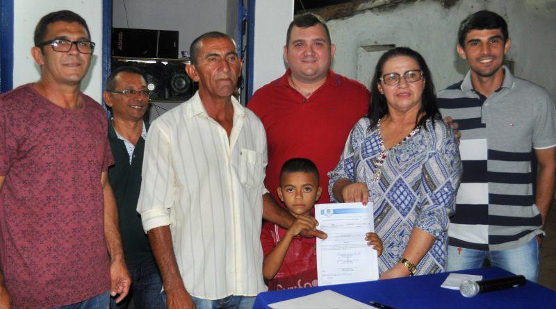 Depois de estrada e passagens molhadas, Fátima Gomes entrega casas na Carrancuda