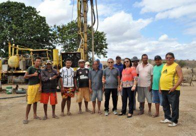 Prefeita Fátima Gomes e comitiva visitam a perfuração de poço no FAÉ