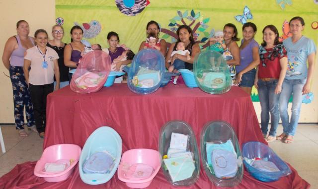 CRAS contempla mamães com kits para bebês
