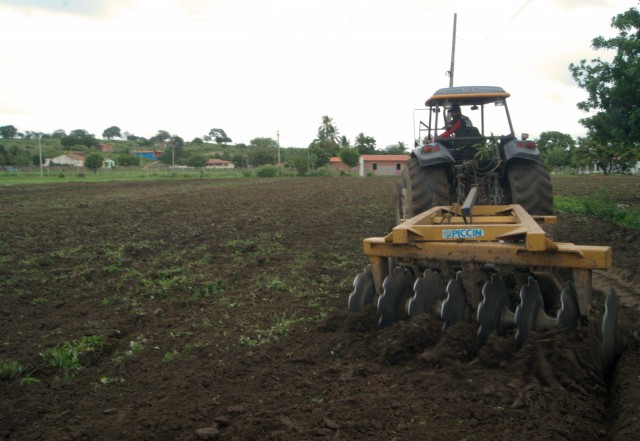 Hora de Produzir: Sete tratores estão atendendo a 171 agricultores em Quixelô