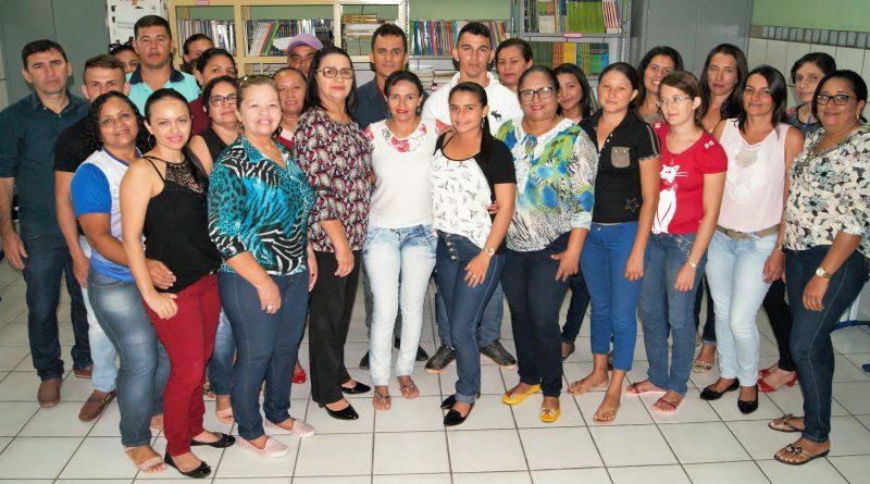 Prefeita Fátima Gomes abre o encontro para formação de 20 professores do EJA. A meta é continuar a reduzir o analfabetismo em Quixelô
