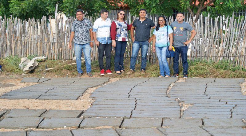 Elo Amigo: Prefeita Fátima Gomes visita obras das cisternas de placas na escola do Mata Pasto