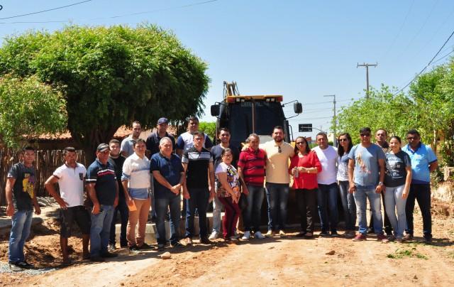 Prefeita Fátima Gomes visita inicio das obras de pavimentação na Sede do município